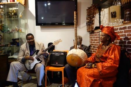 La griotte Taye Sako au restaurant Mama Africa